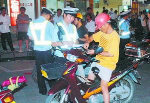 玉林交警夜查问题摩托车-广西交警 创建 平安畅通县区